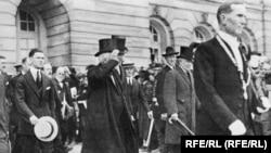 Președintele Woodrow Wilson, cu David Lloyd George și Georges Clemenceau, la Conferința de Pace de la Paris, după semnarea tratatului de pace cu Germania, în iunie 1919