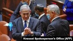 بنیامین نتانیاهو، نخستوزیر اسرائیل (سمت چپ) در کنِسِت (پارلمان اسرائیل)