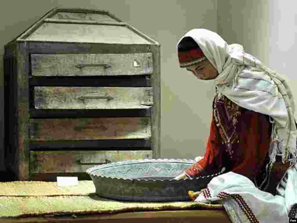 زن روستايی با پوشش محلی