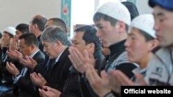 Президент Атамбаев (ўнгдан бешинчи) Арашан қишлоғи масжидида Ҳайит намозини ўқимоқда.
