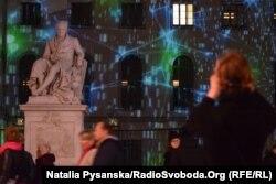 Пам'ятник Александру фон Гумбольдту перед Берлінським університетом на центральній вулиці Унтер-дер-Лінден теж був об'єктом інсталяції