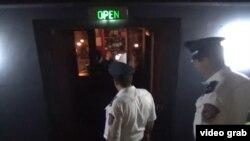 Ոստիկաններն այցելում են երևանյան փաբեր, լուսանկարը՝ ոստիկանության տեսանյութի