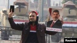Сторонник «Братьев мусульман» с портретом свергнутого президента Мохамеда Мурси, Каир, 25 января 2015 (архив).