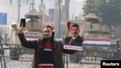 Сторонник «Мусульманского братства» с портретом свергнутого президента Мухаммада Мурси, 2015 год