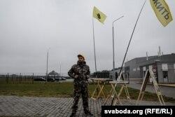 Дзьмітры Андрасюк каля завода па вырабе акумулятараў 26 верасьня