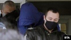 Кристиан Николов (с качулката) при извеждането му от полицейския арест на 20 април.