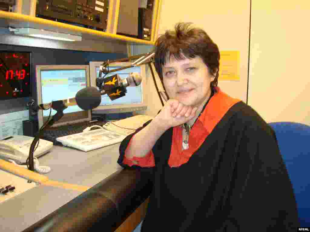 Жәмилә Стехликова Азаттық радиосының студиясында - Kazakhstan/Czech Republic- Former Minister On Human Rights Of Minority Groups Zhamila Stehlikova In The Studio Of RFE/RL, Giving Interview For Azattyq, Kazakh Service