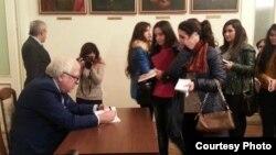 Yazıçı Anar yeni kitabını oxucuları üçün imzalayır