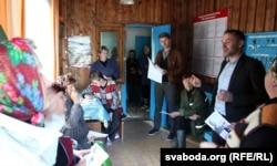 Віталь Каратыш у часе выбарчай кампаніі 2012 году сустракаецца з выбарцамі