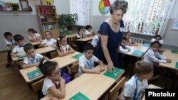 Առաջին դասարանցիներ Երևանի դպրոցներից մեկում, արխիվ