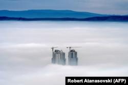 Fotografi e bërë nga mali Vodno, ku shfaqen disa prej ndërtesave më të larta në Shkup, të cilat gjenden mbi re në disa prej zonave me nivelin më të lartë të ndotjes së ajrit. 15 dhjetor, 2017