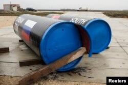 """Трубы газопровода """"Южный поток"""" с флагами России и Сербии. Реализация проекта отложена на неопределенный срок"""