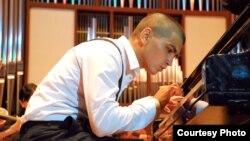 """Музыкант исполняет """"Рапсодию в стиле блюз"""" Гершвина, Казахстан, Алматы, май 2012 года."""