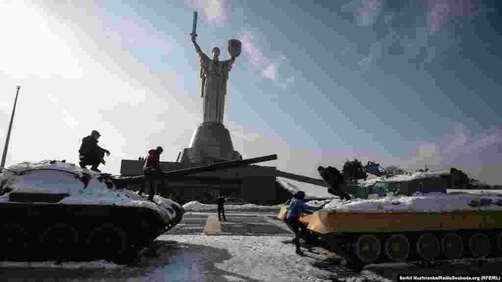 За декількасот кілометрів війна, але у мирному Києві діти можуть просто неба бавитись на військовій техніці