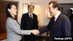 Оңтүстік Корея премьер-министрі Ли Нак Ен Пхенчхандағы олимпиаданың ашылуына келген Солтүстік Корея басшысының әпкесі Ким Е Чжонның қолын алып тұр. 11 ақпан 2018 жыл.