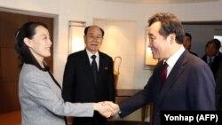 Премьер-министр Южной Кореи Ли Нак Ён пожимает руку сестре северокорейского лидера Ким Ё Чжон, прибывшей на открытие Олимпиады в Пхёнчхане. 11 февраля 2018 года.