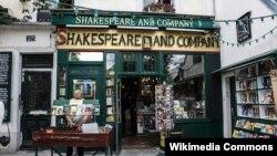"""""""Shakespeare and Company"""" atly kitap dükanynyň girelgesi."""