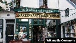 'Shakespeare and Company' kitab mağazasının girişi.