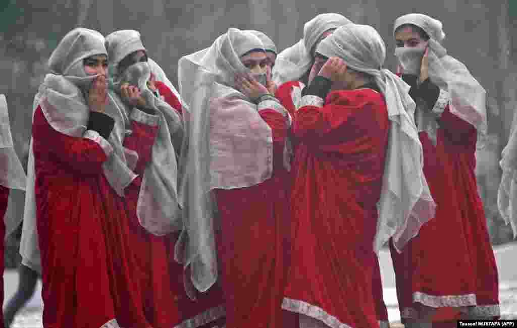 Пасьля рэпэтыцыі параду ў гонар 70-годзьдзя Індыі, горад Срынагар, Кашмір.
