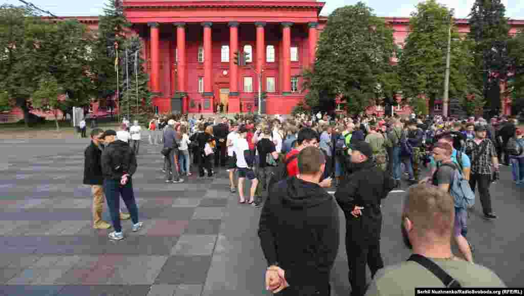 Противники марша собирались у Красного корпуса университета имени Шевченко