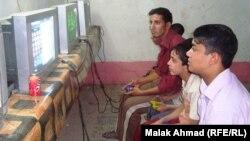 أطفال عراقيون يلهون بألعاب أليكترونية في أحد المحال ببغداد