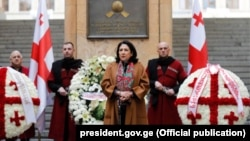Salome Zurabishvili kursantlar qarşısında çıxış edir