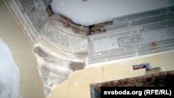 Аўтэнтычныя дэталі ўнутры палаца аднаўляюцца