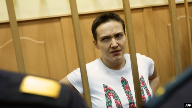 Ukrainian pilot Nadia Savchenko stands inside a defendant's cage during a court hearing in Moscow in 2014. (file photo)