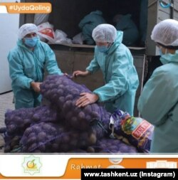 Раздача помощи нуждающимся гражданам в Юнусабадском районе Ташкента.