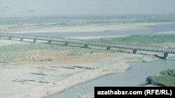 Старый мост, проходящий через реку Амударья в восточной части Туркменистана.