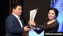 Алыш күрөшү боюнча Кыргыз Республикасынын эмгек сиңирген спортчусу Нурбек Аканов сыйлык алуу учурунда. 17-январь, 2015-ж.