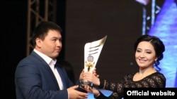 Алыш күрөшүнөн мыкты спортчу болгон Нурбек Акановго сыйлыгын актриса Асема Токтобекова тапшырууда.