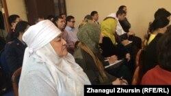 Жители Актобе, пришедшие на собрание, организованное акиматом Актюбинской области по ситуации со «спором о платках». 3 февраля 2018 года.