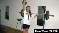 Спортсменка Татьяна Потемкина поднимает гирю. Темиртау, ноябрь 2010 года.