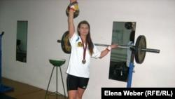 Татьяна Потемкина, чемпионка мира по гиревому спорту, тренируется в спортивном зале. Темиртау, ноябрь 2010 года.
