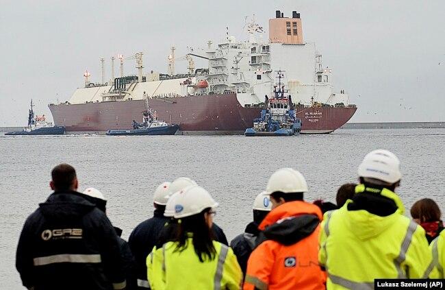 Танкер со сжиженным газом прибывает в польский порт Свиноуйсьце, декабрь 2015 года