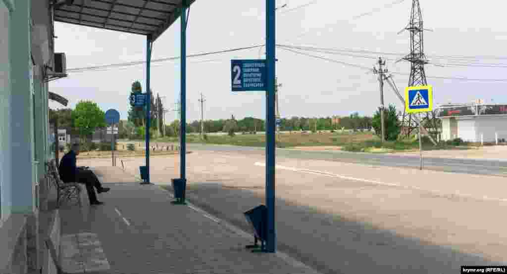 На сільській автостанції в очікуванні рейсового автобуса з Сімферополя