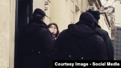 Khadija Ismayil tries to greet supporters and journalists outside the Baku courtroom on Januarya 27, when she had her pretrial detention extended. (POOR QUALITY PHOTO)