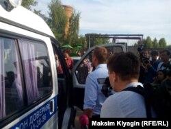 Алексей Навальный объясняет полиции, почему возле колонии столько людей