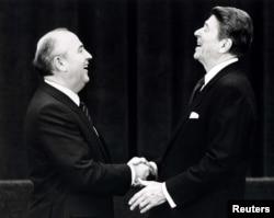 Пъвата му среща с американския президент Роналд Рейгън. Женева, 19 ноември 1985 г.