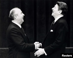 ABŞ prezidenti Ronald Reagan Sovet lideri Mikhail Gorbachevla görüş zamanı