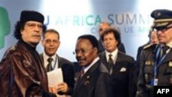Liviya prezidenti Müəmmər Qəddafi və Qabon prezidenti Ömər Banqo. AB-Afrika sammitinin bağlanış mərasimi, Lissabon, 9 dekabr 2007