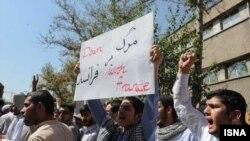 ديپلمات های حاضر در سفارت فرانسه گفته اند وزارت خارجه ایران به آنان خبر داده که حرکت روز پنج شنبه با مجوز رسمی انجام نشده است.