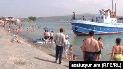 Один из пляжей на озере Севан (архив)