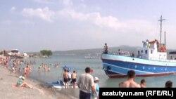 Пляж на озере Севан в Армении