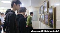 Кримські студенти на фотовиставці в Сімферополі до шостої річниці російської анексії півострова, 17 березня 2020 року