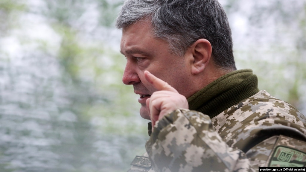 Президент України Петро Порошенко виступає перед військовослужбовцями під час зустрічі з особовим складом штабу антитерористичної операції на території Донецької та Луганської областей. Луганська область, 16 березня 2018 року