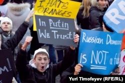 Ресей президенті Владимир Путинді қолдау шеруіне қатысушылар. Мәскеу, 12 желтоқсан 2011 жыл.