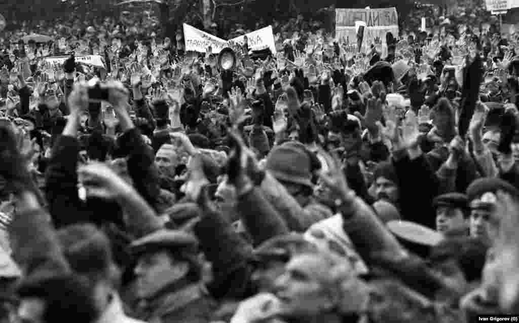 Твърди се, че на първия митинг на опозицията са участвали близо 300 000 души. Хората са плътно прилепени един до друг, понякога не е възможно човек да се завърти наляво или надясно.