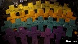 Сэнди Хук мектебіндегі қырғыннан қаза тапқан балалардың есімдері. АҚШ, 18 желтоқсан 2012 жыл.